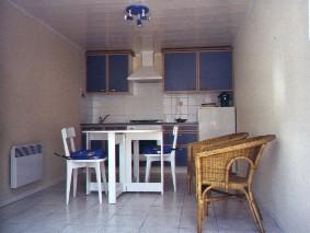 Küche mit Essplatz und klein Wohnzimmer