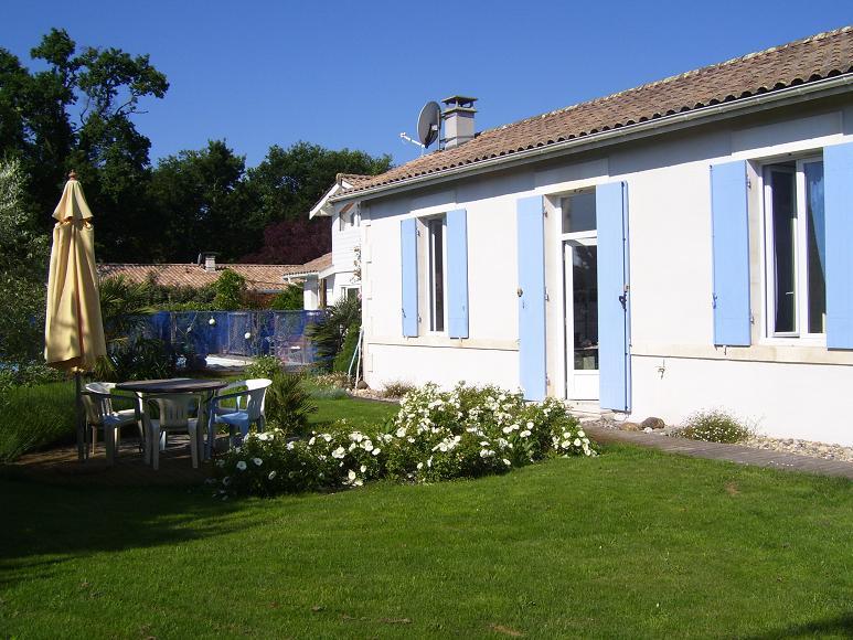 A louer maison de vacances ind pendante au porge avec piscine s curis e chauff e et grand jardin for Grand jardin en friche