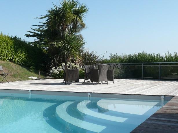 zu mieten luxus villa mit pool und wundersch nem meerblick direkt am strand von kersaint. Black Bedroom Furniture Sets. Home Design Ideas